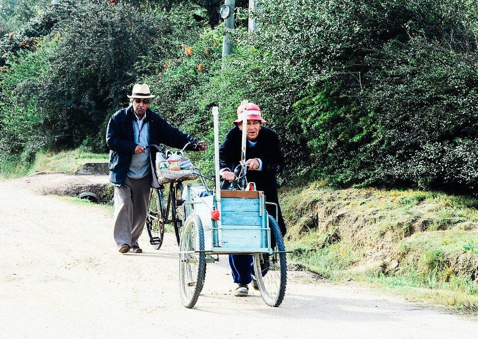 Ancianos haciendo mandados - Solymar